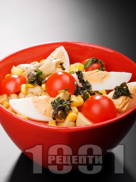 Салата с яйца, чери домати, мариновани гъби и царевица - снимка на рецептата